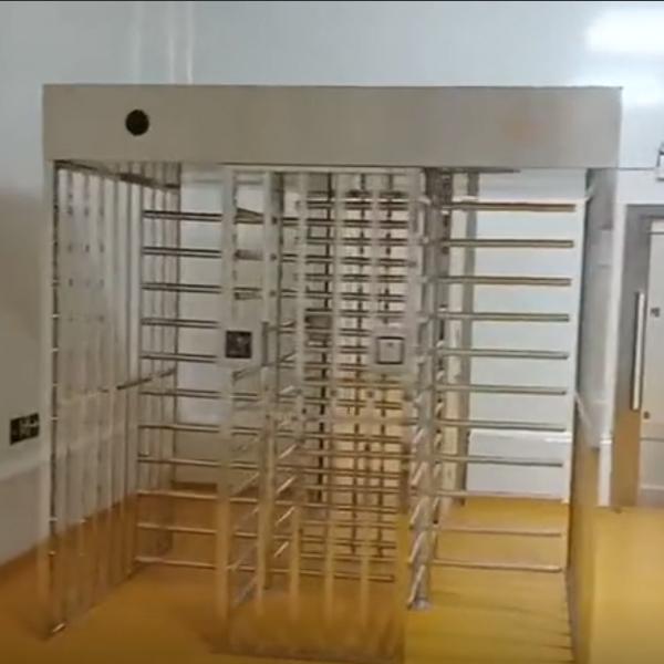 宾西牛业食品 四通道安检门与转闸连接安装成功